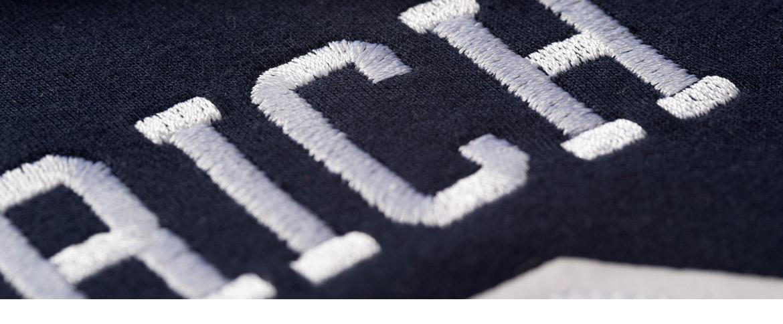 Logo auf Sweatshirt gestickt