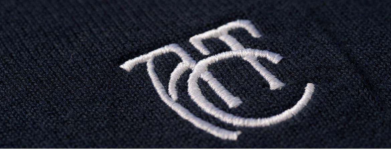 Logo gestickt auf Pullover