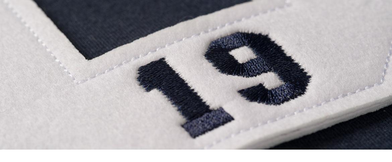 gestickte Nummern und Logo auf Sweatshirt