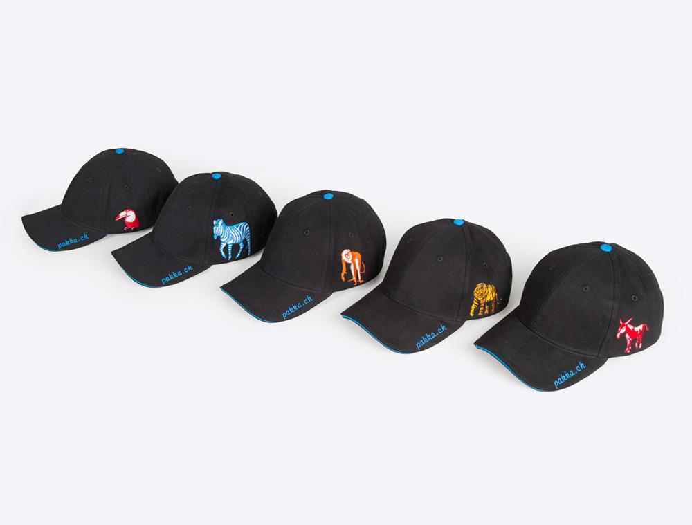 Fair produziert Pakka Baseball Caps mit Logo bestickt