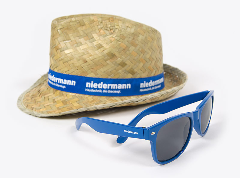 Sonnenbrille und Strohhut mit Firmenlogo