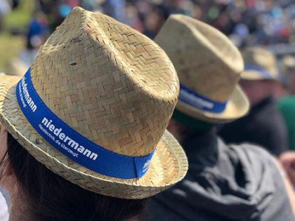 Strohhüte und Sonnenbrillen beim Schwingfest in Schwyz
