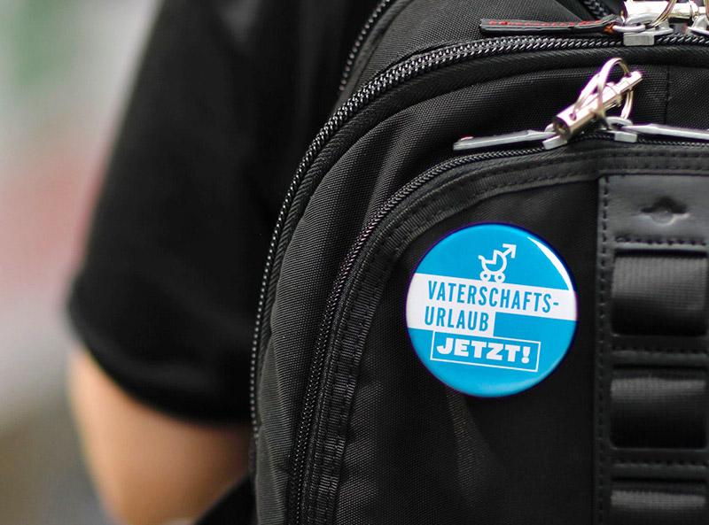 Kampagnenmaterial Vaterschaftsurlaub Travail Suisse Button