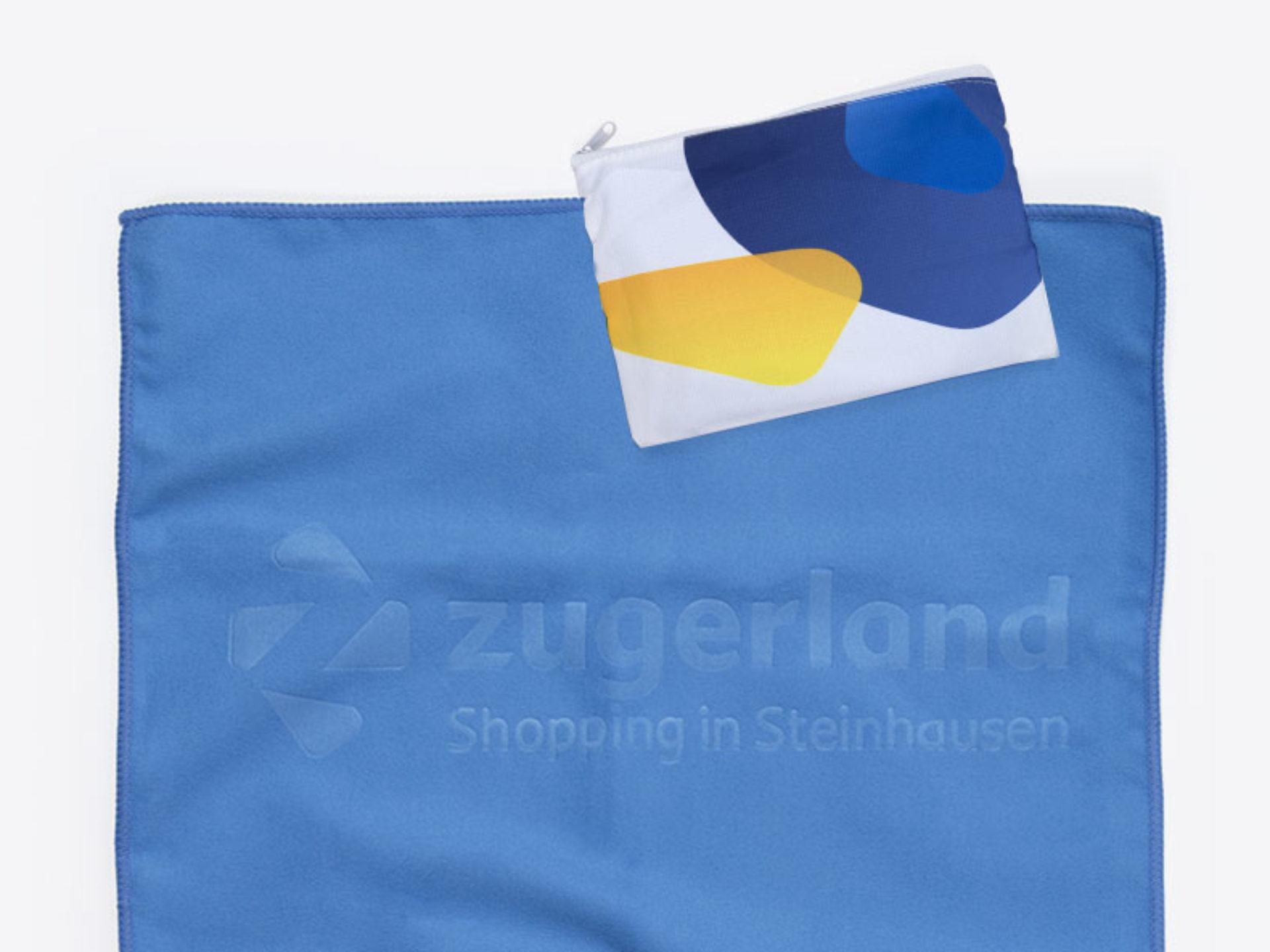 Mikrofasertuch mit Logo-Praegung und Hülle im Digitaldruck